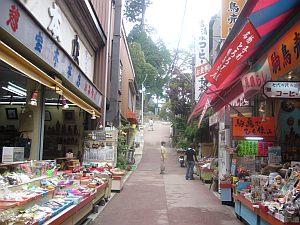 御岳山の商店街。