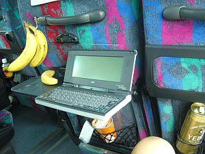 バスの中でヱビスとバナナとジャガリコ食べながら日記を書く。