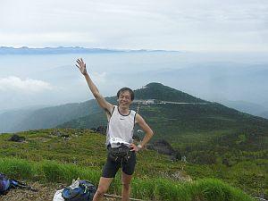 登山者にカメラを渡して撮ってもらう場合です(笑)。