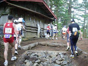 だんだんとお足元が悪くなり、元気になってくる。左に見えるは富士山のハリボテをかぶったランナー。