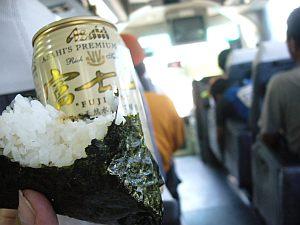 下山バス内で食す。