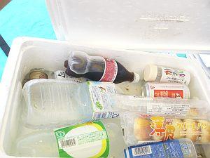 テントの下のクーラーには食べ物、飲み物、アルコール。