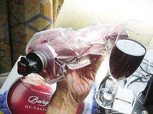 紙箱入の安々赤ワインを分解。血液運搬の袋みたい(w