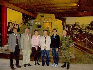 ドイツ初の戦車の前で、左から館長、市長、秘書、戦車マニアの編集部員、ワタシ、退役軍人