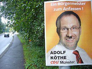 市長選ポスターに、ヒットラーの落書きが。