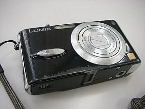 今まで使ったFX8。1年ちょいで3万5千枚撮った。さすがに指のあたるところが金属むき出し。