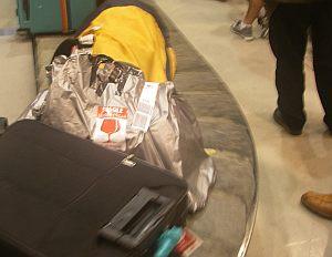 空港にて。真中のごみ袋が、ワタシの荷物だったりする(笑)