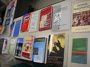 本屋みたい。このたび新しく配置される言語学系の本。