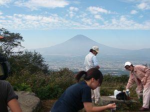 富士山は真っ黒。