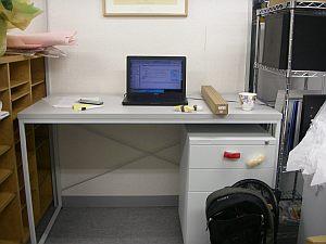 簡単な机に、なぜか寿司の磁石付きサンプルが(笑)