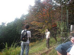 ワタシたちの前で記念撮影をする幸せそうなカップル。浦山氏。