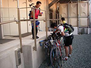 ホテルのバックヤードに自転車を置かせてもらう。