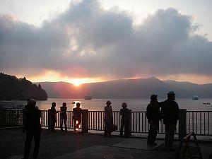 芦ノ湖の夕日。見とれてると明るいうちに着かないぞ。