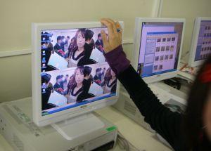 どさくさにまぎれて、自分の写真をデスクトップに設定された学生が焦る。