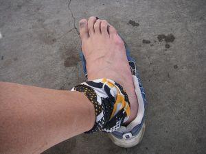バンダナを濡らして足首に巻いておいた。
