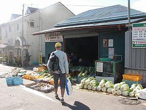 藤野駅前でも産直品がずらり。