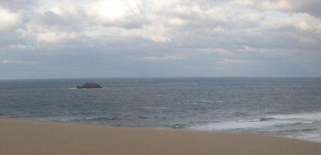かえる岩の後は、砂丘の向こうのさかな岩。