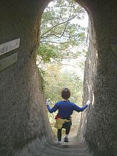 高宕観音という巨大な一枚岩の通路。