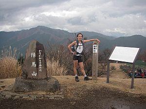 走ると暑いから、周りは冬山の服でもワタシはこのカッコ。陣馬山頂にて。