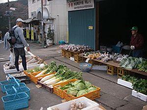駅前でも産直の野菜がたくさん。