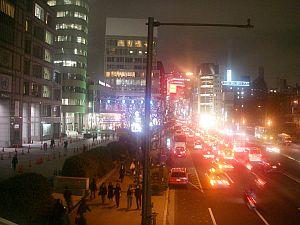 青山通りはパーティーラッシュ。