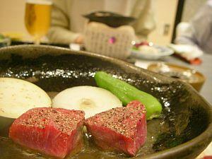 陶器の皿で各自肉を焼いて食べる。