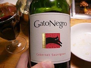 わりと飲める赤ワイン。ネコがちょいとおまぬな感じでかわいい。