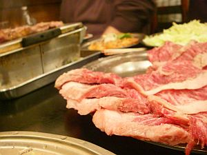 はみ出すお肉は健在。
