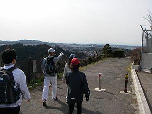 市街地の中に丘陵地がある。