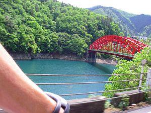 これまたビビッドな色使いな橋。