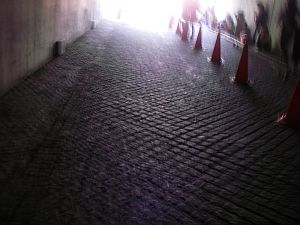 このトンネルを抜けるとゴールだ。