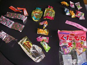 左が補給食で使った分、右上が残った分、右下は飴のパッケージ。