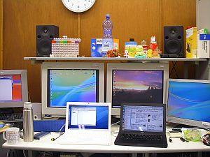 そんなわけで、机の上には黒と白のMacBook