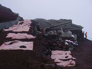 山小屋近辺では布団を干してます。