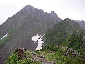 あのヤマの頂上が、朝までいた北穂高小屋。