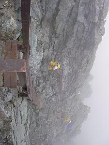 槍ヶ岳山頂から見下ろす。最後はハシゴで登ります。