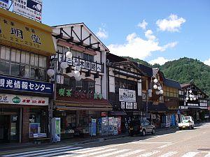 木曽福島駅前のそば屋。左の「かわい」が雰囲気よし。