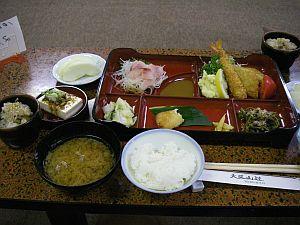 宿の夕食。鯉料理とはびっくり。