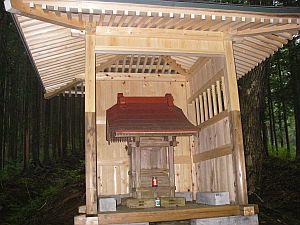 上川乗のバス停寸前には、マトリョーシカ風の立派な祠イン祠が。