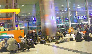 イスタンブール空港は、アフリカっぽい人たちがたむろしてました。実は同じホテルだった。