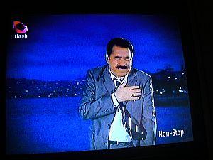 朝TVをつけたら、フセインが演歌を歌ってた。