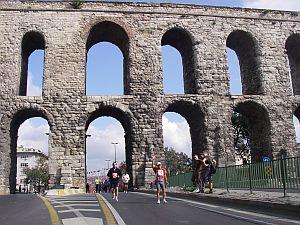歴史的な水道橋をくぐって行く。