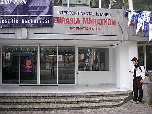 マラソンのオフィス。年に一度のためだけにフロアを一つ用意してある。