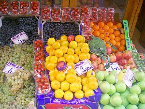 フルーツもオイシイ。全部キロ売りです。