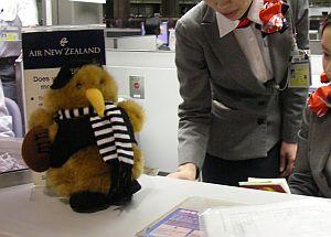NZエアーだけに、窓口にはキウイがいる。