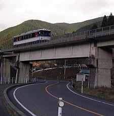 一両だけのキュートな電車が通る。