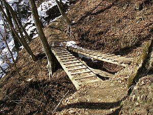 前回は雪が積もっててハラハラな橋だった。