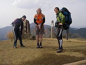 陣馬山山頂。下るぞ〜!