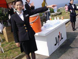 復路はJALのお姉さんが給水やってくれます。