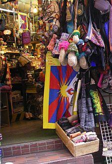 旬のチベット国旗が。雑貨店にて。